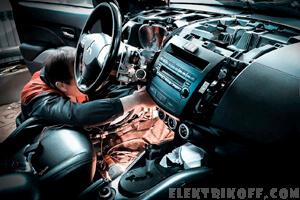 Автоэлектрик подключает диагностическое оборудование