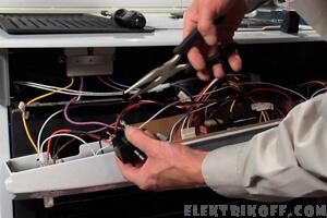 Электрик подключает духовку